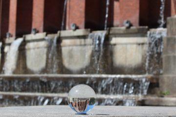 In einer Glaskugel ist das Planetarium zu sehen, im Hintergrund ist das Planetarium.