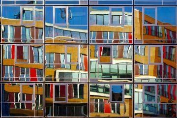 Eine sehr farbenfrohe Spiegelung einer Hausfassade.