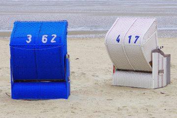 Zwei Strandkörbe.