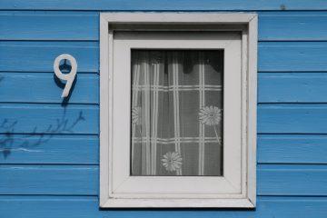 Ein Fenster bei der Hausnummer neun.