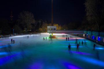 Langzeitaufnahme der Eisbahn bei Nacht.