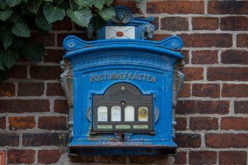 Ein alter blauer Briefkasten.