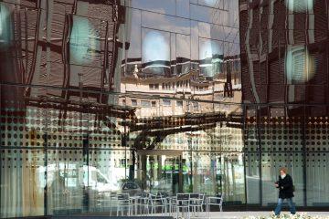 Spiegelung in einer Glasfassade
