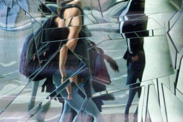 Mensch im Spiegel in einem Schaufenster am Rödingsmarkt.