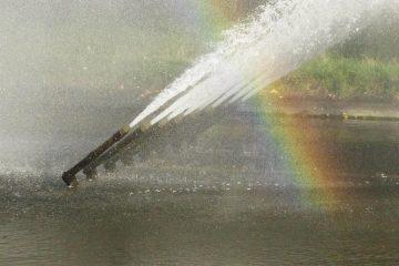 Wasserfontänen malen einen Regenbogen.