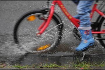 Ein Fahrrad fährt durch eine Pfütze