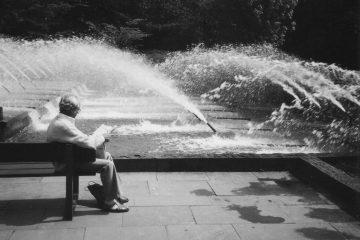 Entspannung vor Wasserfontänen in Schwarz Weiß.