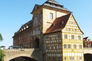 """Das """"Alte Rathaus"""" erreicht man nur über eine Brücke."""