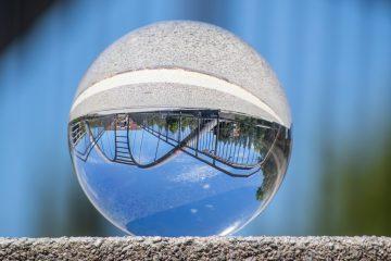 Osterbekbrücke durch eine Glaskugel gesehen.