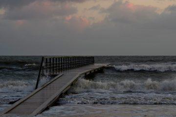 Strandsteg zum Wasser