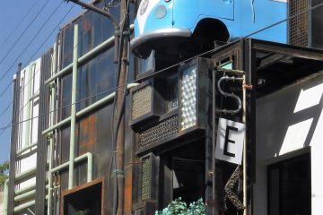 Amman, Jordanien, 2015. Der VW-Bus ist Teil einer hippen Bar auf der Dachterrasse des Hauses.