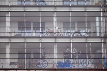 Fahrräder in mehreren Etagen im Korridor.