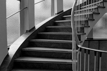 Ein helles Treppenhaus