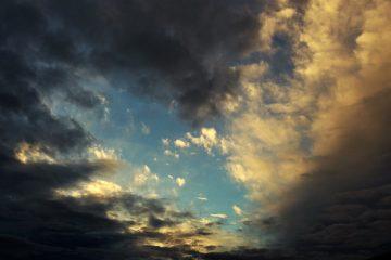 Verschiedene Wolkenformationen ziehen vorbei.