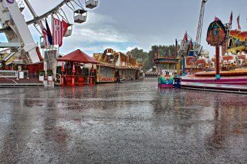 Hamburger DOM vor der Öffnung im Regen.