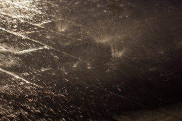 Regent fällt nachts auf den Boden.