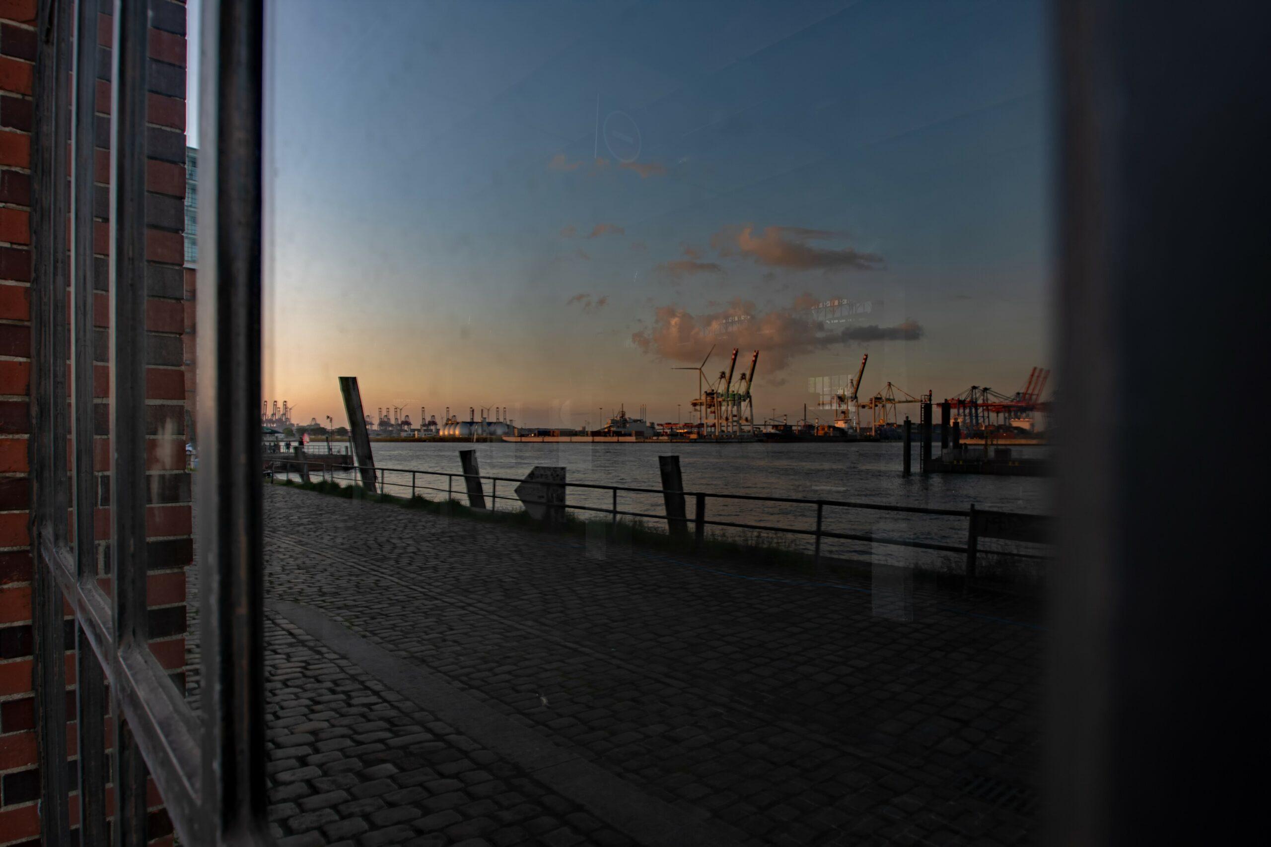 Hans Stötera - Fischmarkt am Abend 01.06.2021 - Im Fenster